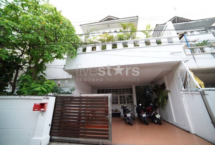 Pet friendly 4 bedrooms house for rent in Ekamai