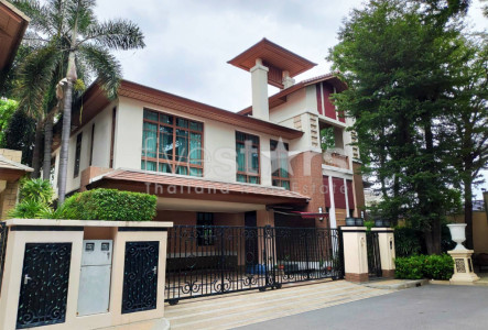 House in compound 4 bedrooms for rent near BTS Phrakhanong