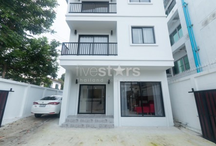 Single house - Home office 3 bedrooms for rent with 5 Parking spaces in Ekamai